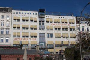 Das Schulgebäude an der Bernhard-Nocht-Straße